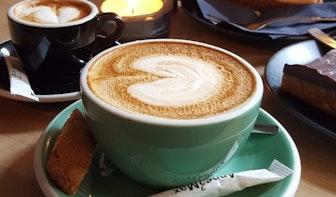 Jette & Jildou drinken koffie bij Anne&Max: Zoetjes in de schommelstoel