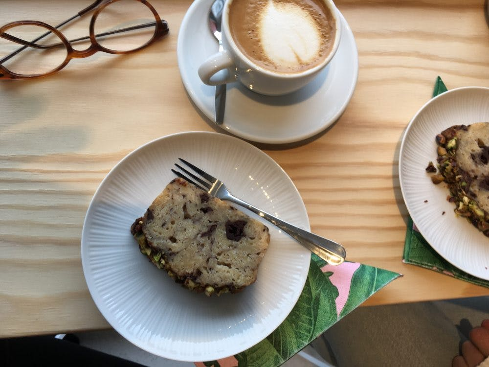 Jette & Jildou drinken koffie bij De Utrechtse Boekenbar; Boekwinkel met koffiesommelier