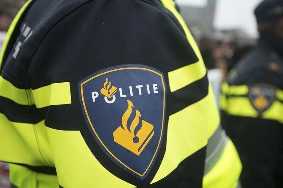 Agenten met getrokken wapens op de Amsterdamsestraatweg na melding van vuurwapen