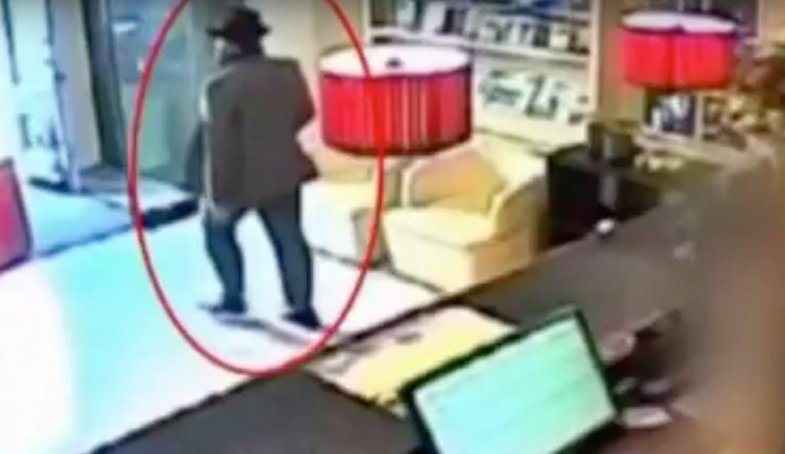 Oplichter ontsnapt via WC van café Broers met 35.000 aan goud