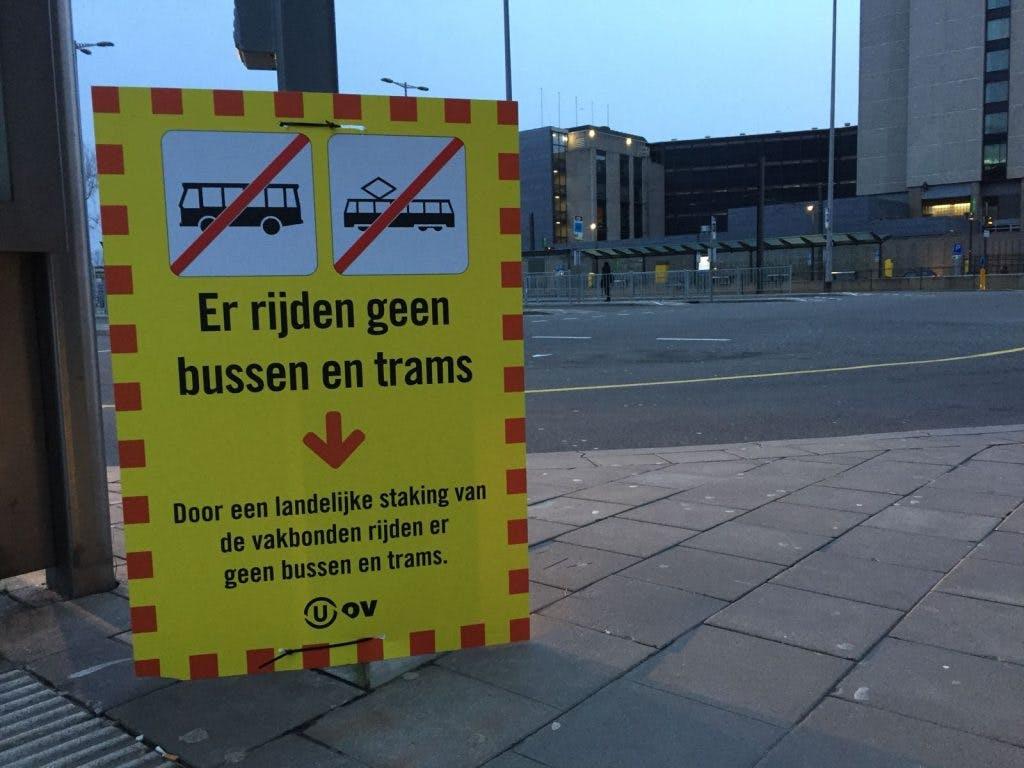 Geen bus- en tramvervoer in Utrecht: Lege stations en gestrande reizigers