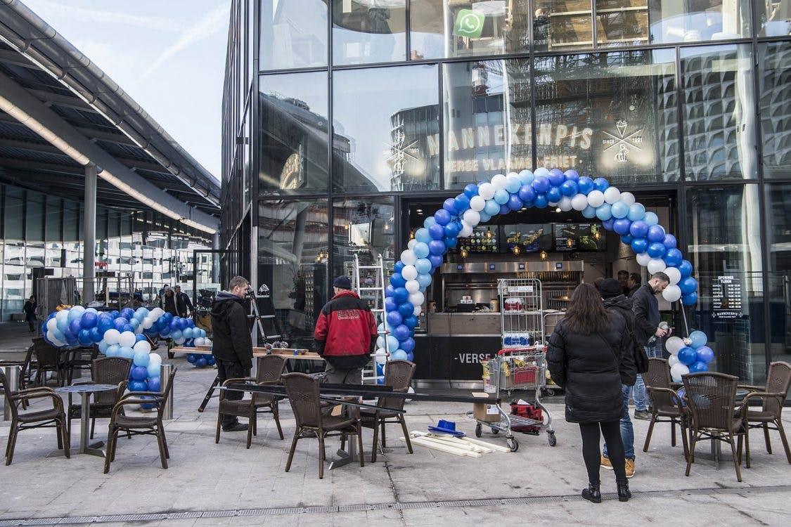 Het eerste terras op het nieuwe Stationsplein is open
