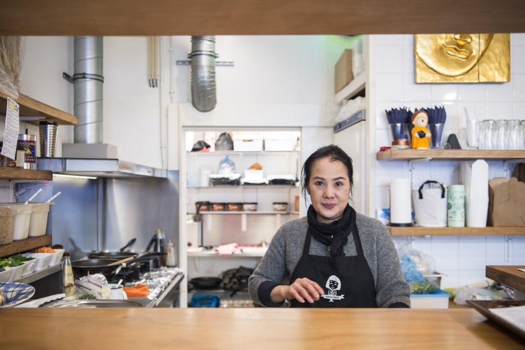 Allemaal Utrechters – Sarrutaya Tiew: 'Vanuit de Bijenkorf kijkend naar het drukke kruispunt voelt het een beetje thuis'