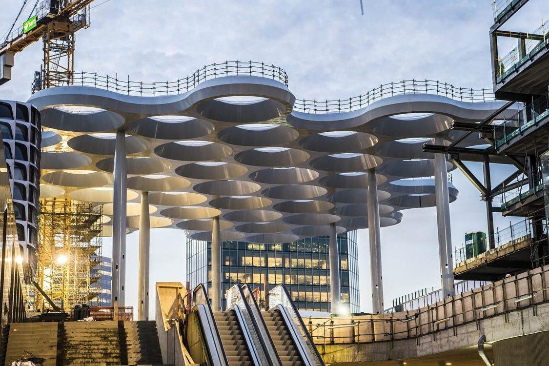 75 meter hoge kraan gaat Stationsplein Utrecht verlaten