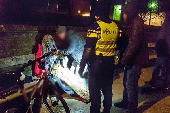 Omstanders redden persoon uit ijskoud water bij Lucasbolwerk