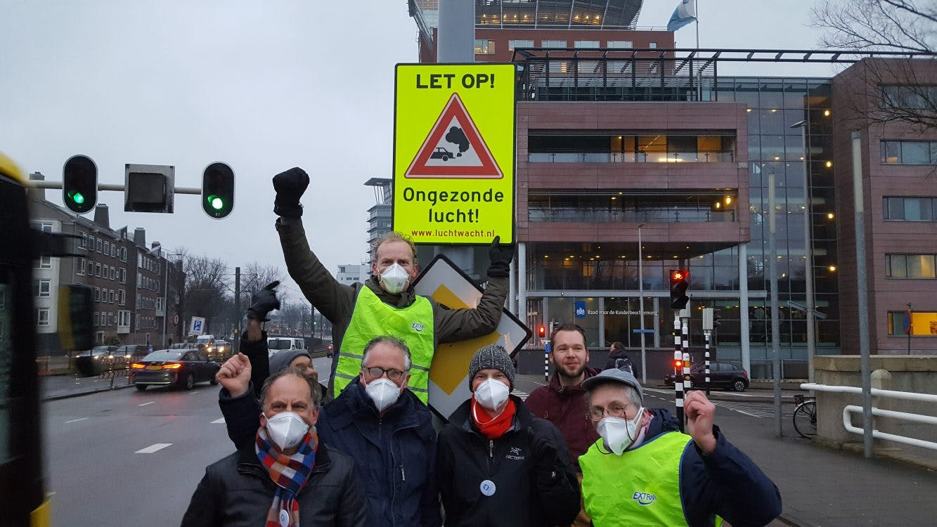 Nieuw verkeersbord tegen luchtvervuiling onthuld aan de Graadt van Roggenweg in Utrecht