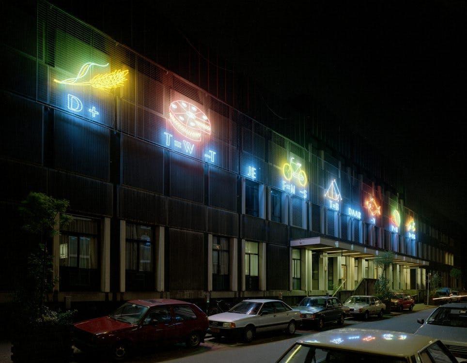 Kunst aan gebouwen: Neon in de Lange Nieuwstraat