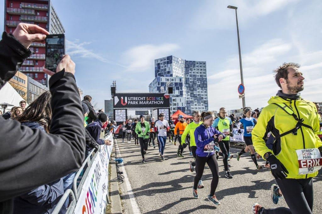 Foto's: Deelnemers en toeschouwers marathon trotseren ijzige kou