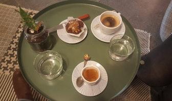 Jette en Jildou drinken koffie bij Dagger Coffee: Bedrijvigheid en supercappuccino