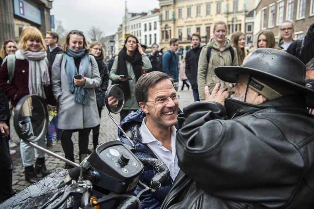 Premier Mark Rutte in Utrecht: tientallen mensen in de rij voor een selfie