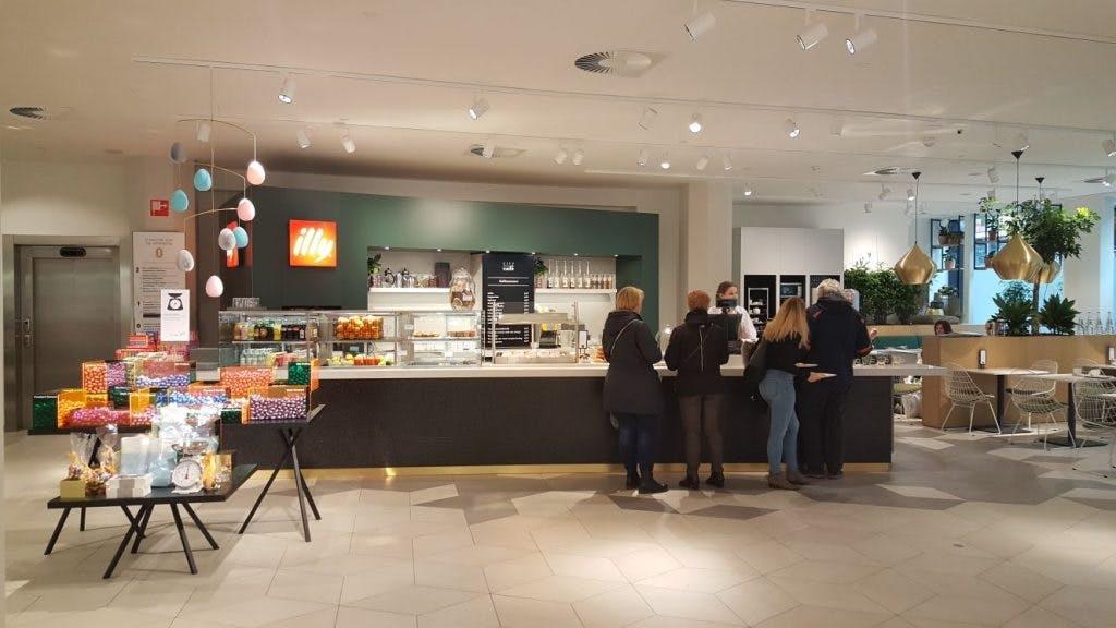 Jette en Jildou drinken koffie bij de Bijenkorf: Chique taartjes op een honingraatvloer