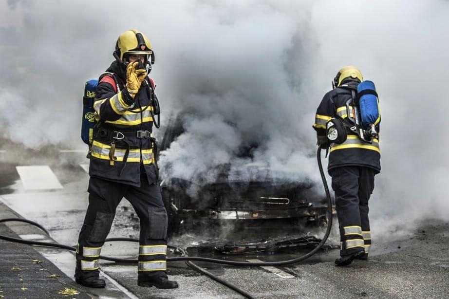 Brandweer weet autobrand op de Vechtdijk met moeite te blussen
