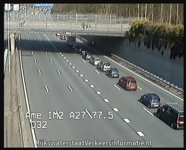 Auto slaat over de kop op A27; vijf rijstroken afgesloten