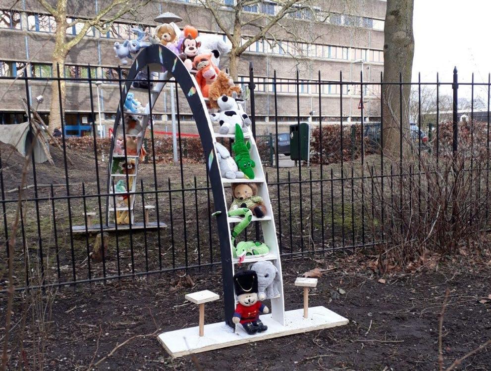Bijzonder en mysterieus kunstwerk met knuffels op begraafplaats in Utrecht: 'Ik ben er echt door geraakt'