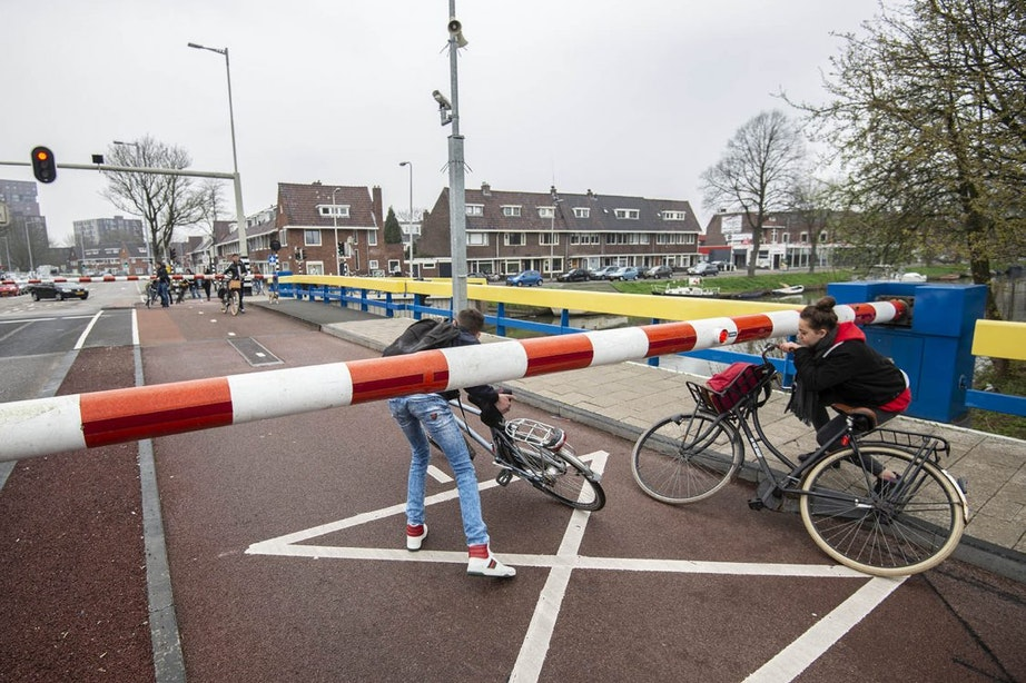 Slagbomen Zuiderbrug bij 't Goylaan defect: verkeer loopt vast