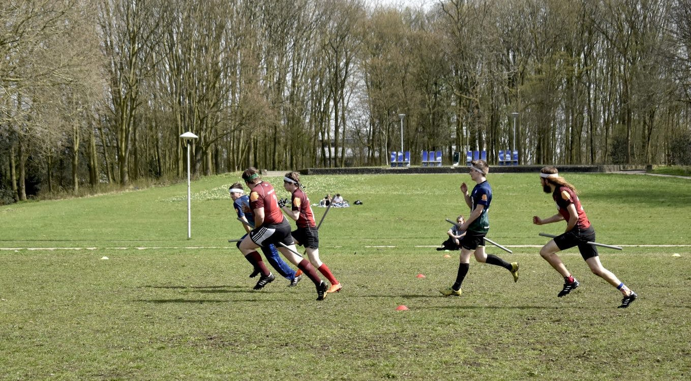 Bijzondere sporten: een fanatiek partijtje zwerkbal in het Utrechtse park Transwijk