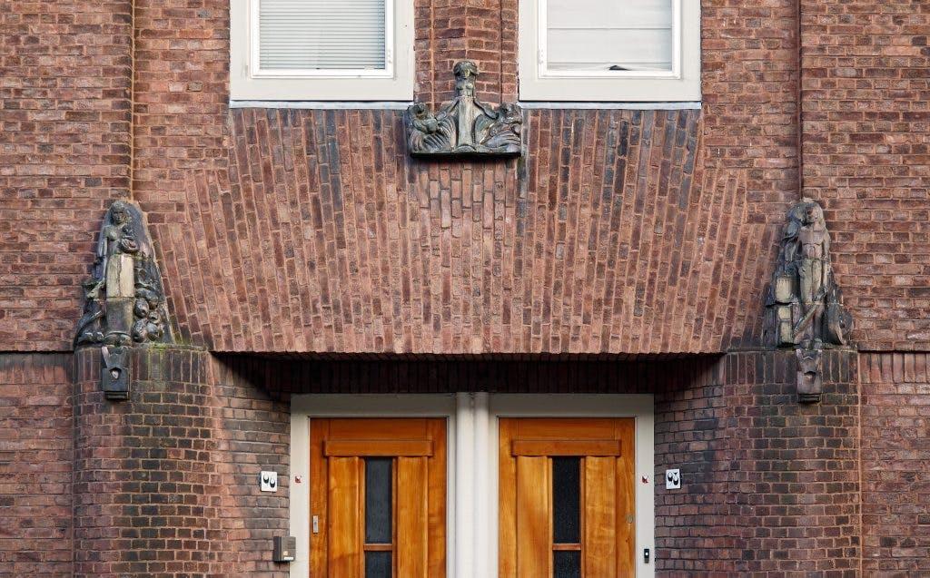 Kunst aan gebouwen: Hildo Krop aan de Van Scorelstraat