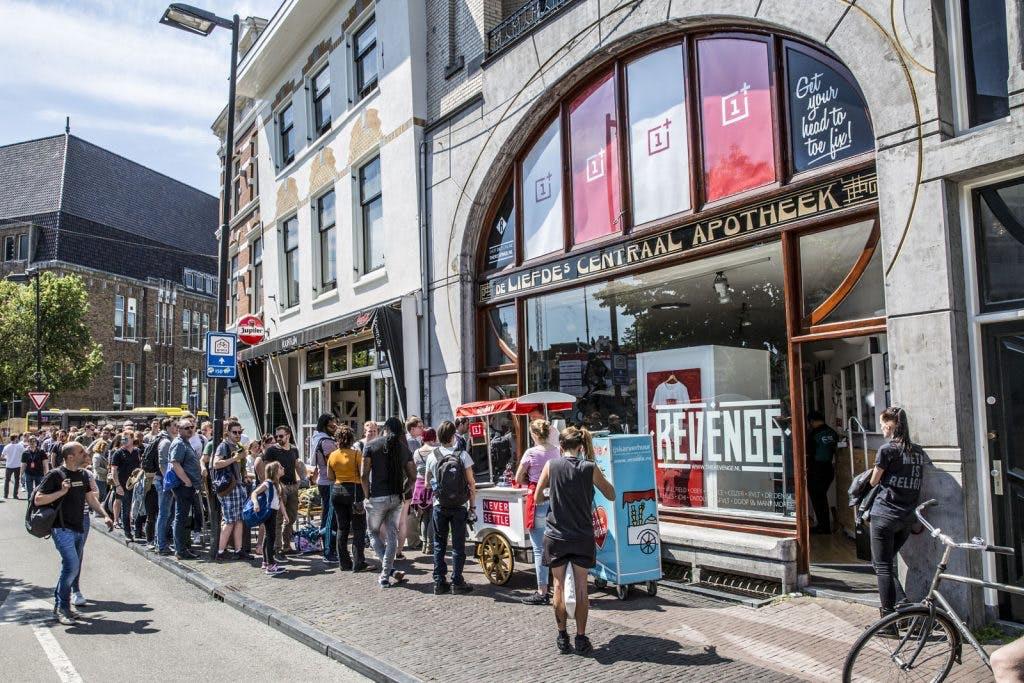 Honderden mensen op de Voorstraat in de rij voor nieuwe telefoon