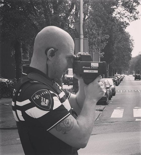 Politie doet snelheidscontrole op Rijnlaan in Utrecht na vele klachten: 'U vraagt, wij draaien'