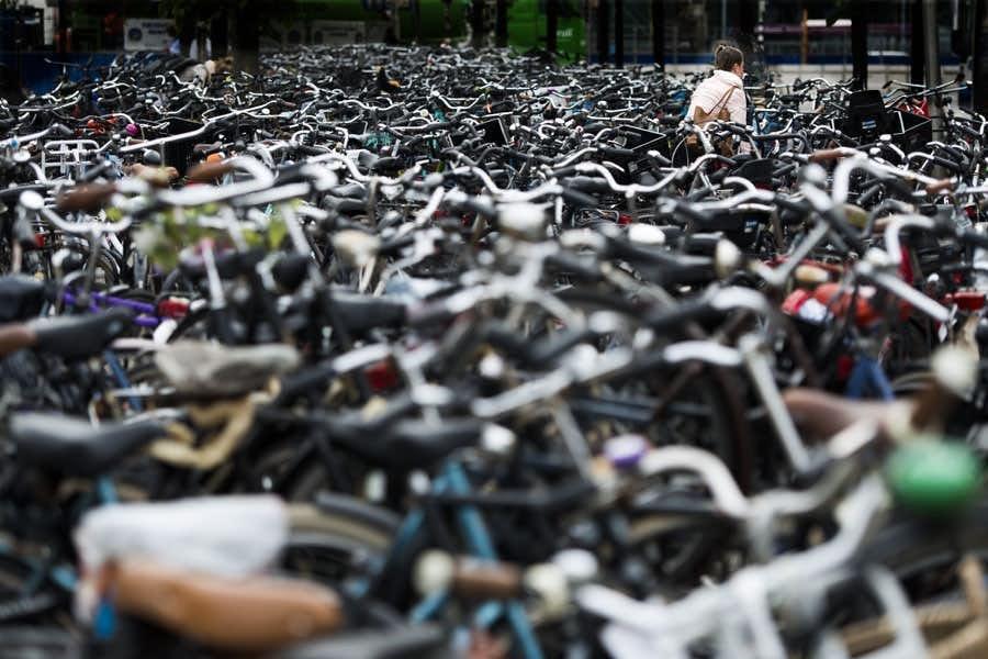 Gemeente gaat fietsen van invalidenparkeerplaatsen verwijderen