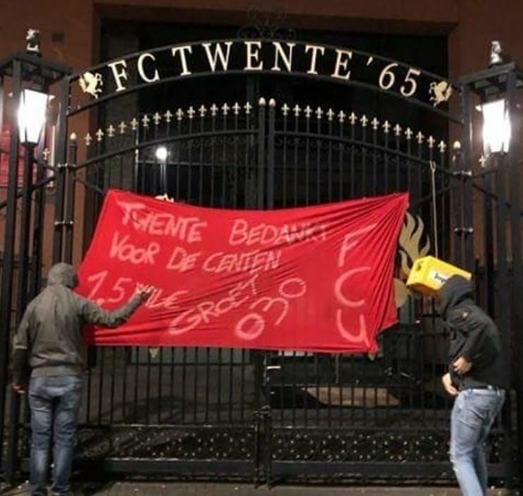 FC Utrecht-supporters hangen spandoek op poort FC Twente: 'Twente bedankt voor de centen'