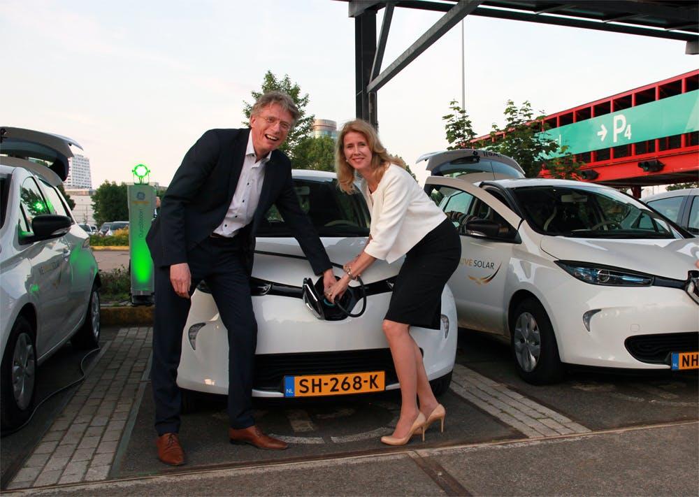 Europese primeur in Utrecht met elektrisch geladen auto's na zonsondergang