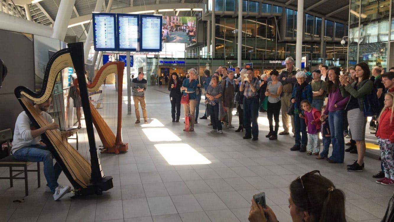Harpist Remy van Kesteren treedt op in stationshal Utrecht Centraal