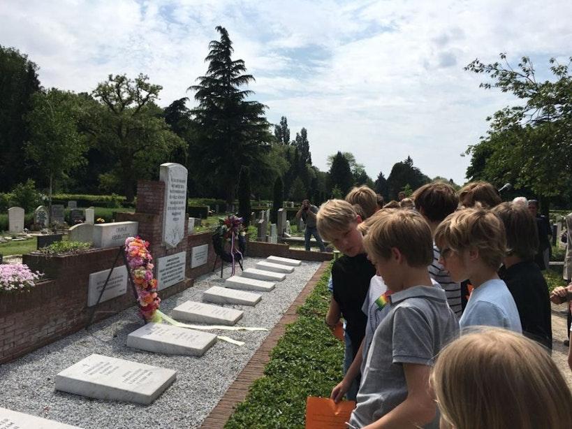 Utrechtse scholieren leggen krans voor Oranje Vrijbuiters op begraafplaats Tolsteeg