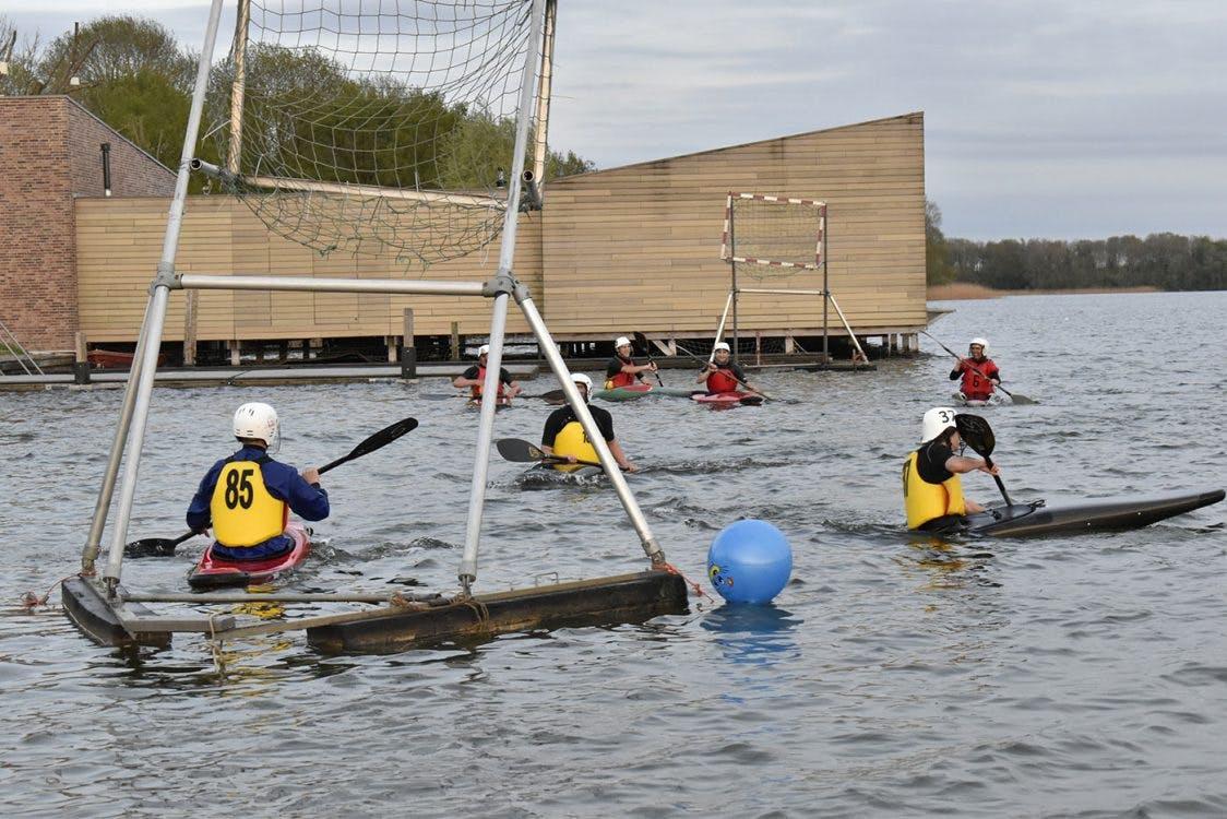 Bijzondere sporten: duwen, trekken en gooien bij kanopolo