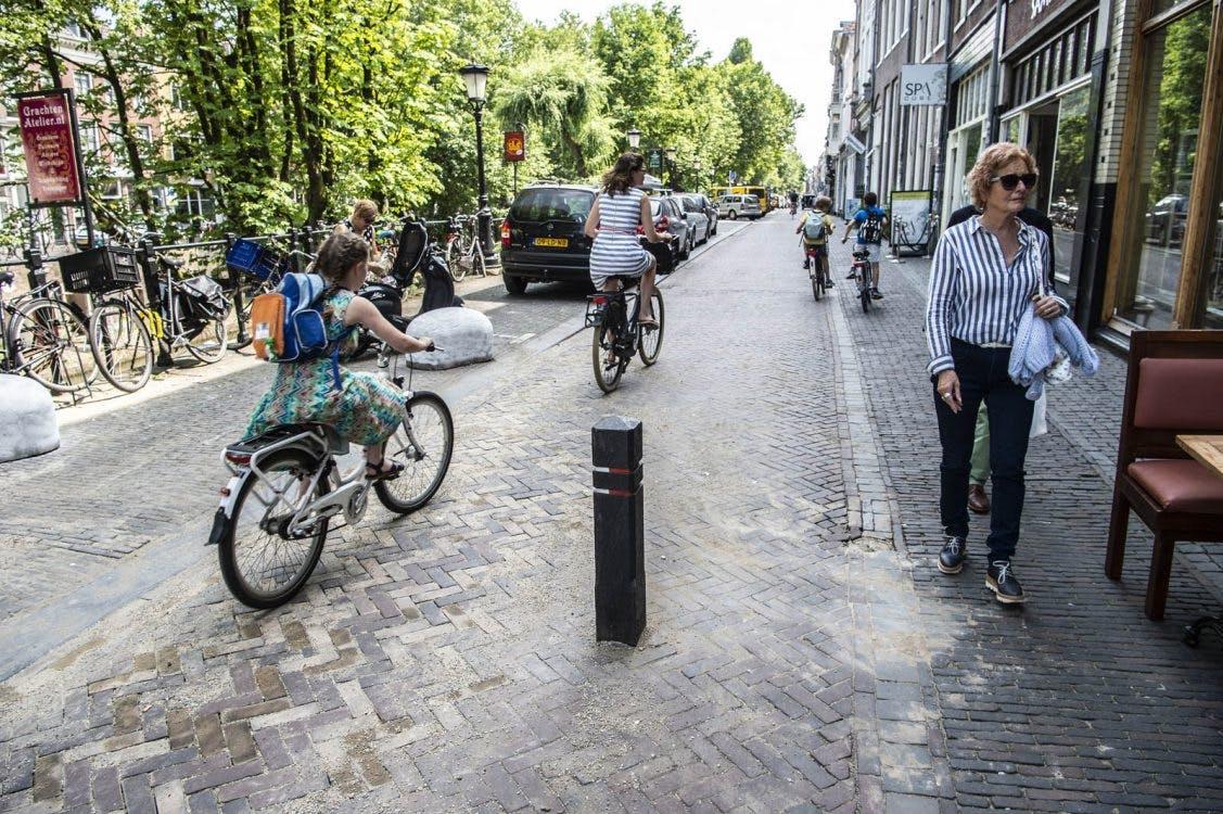 Opmerkelijk: paaltjes geplaatst midden op de rijbaan Oudegracht
