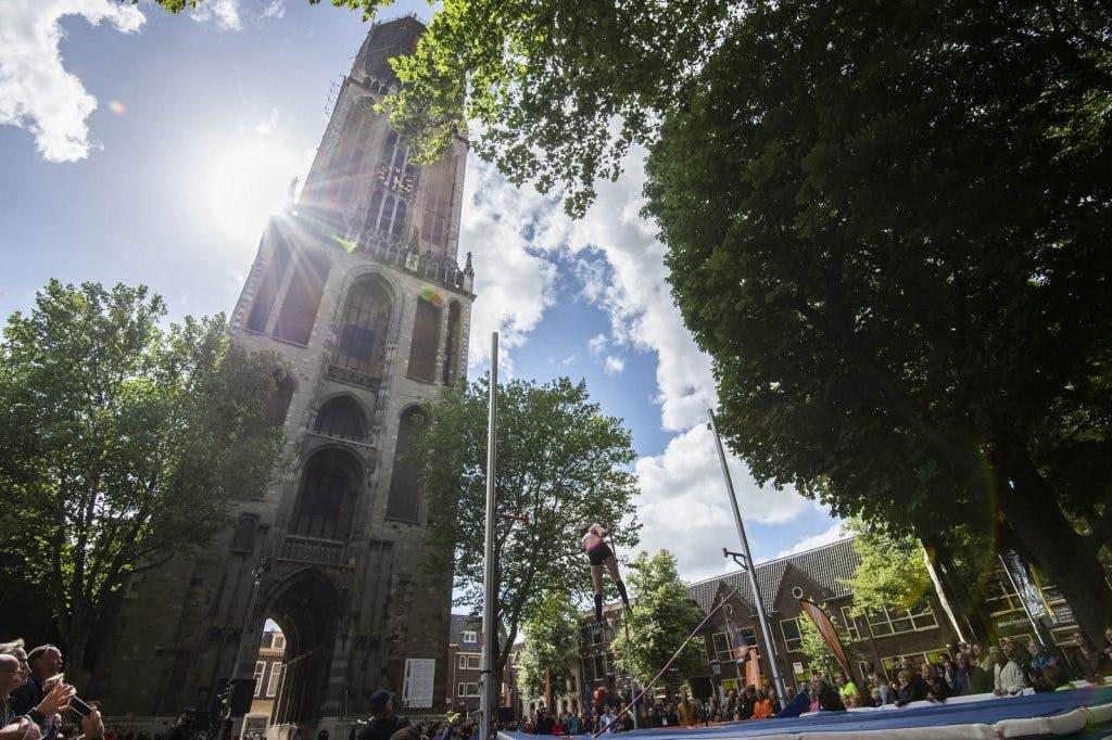 Tientallen toeschouwers bij polsstokhoogspringen op Domplein