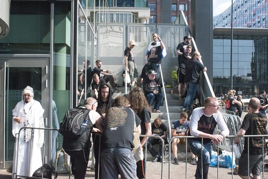 Fans al uren in de rij bij TivoliVredenburg voor Japanse Babymetal