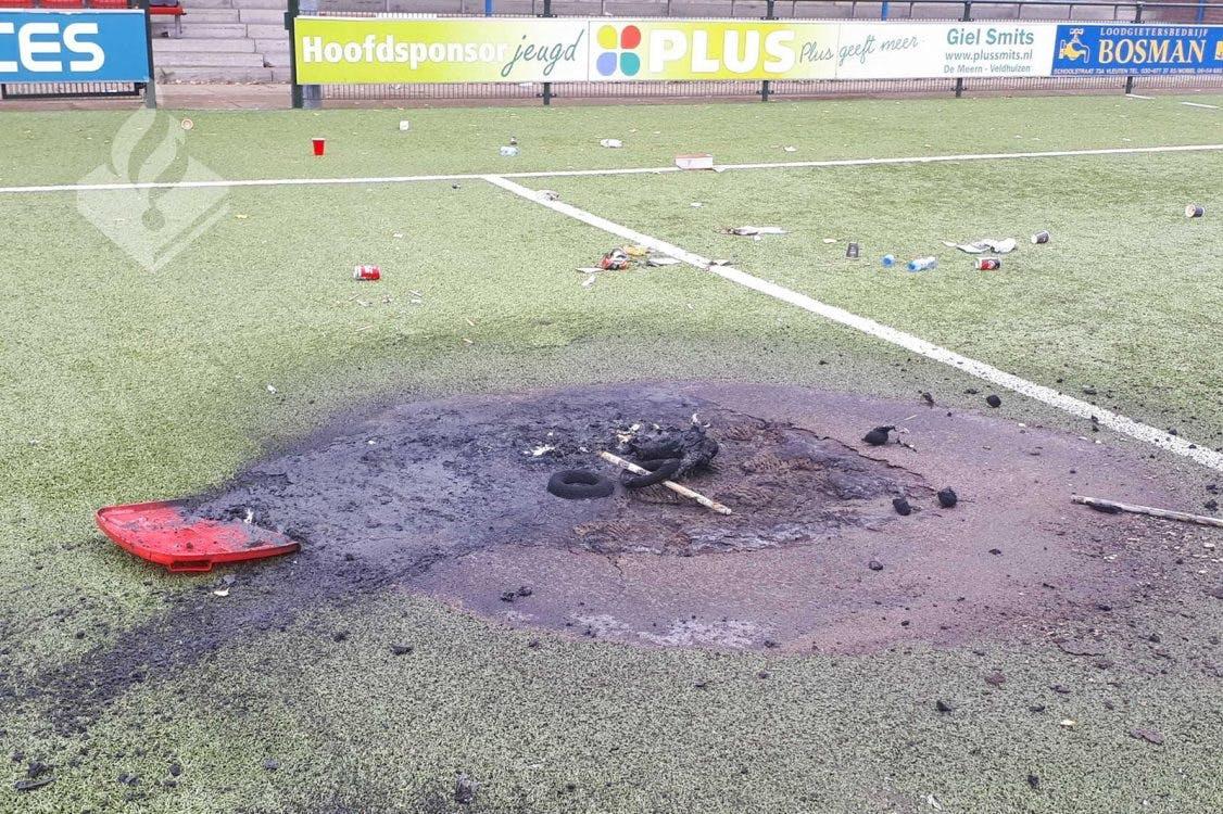 Vandalen verbranden hoofdspeelveld PVCV uit Vleuten