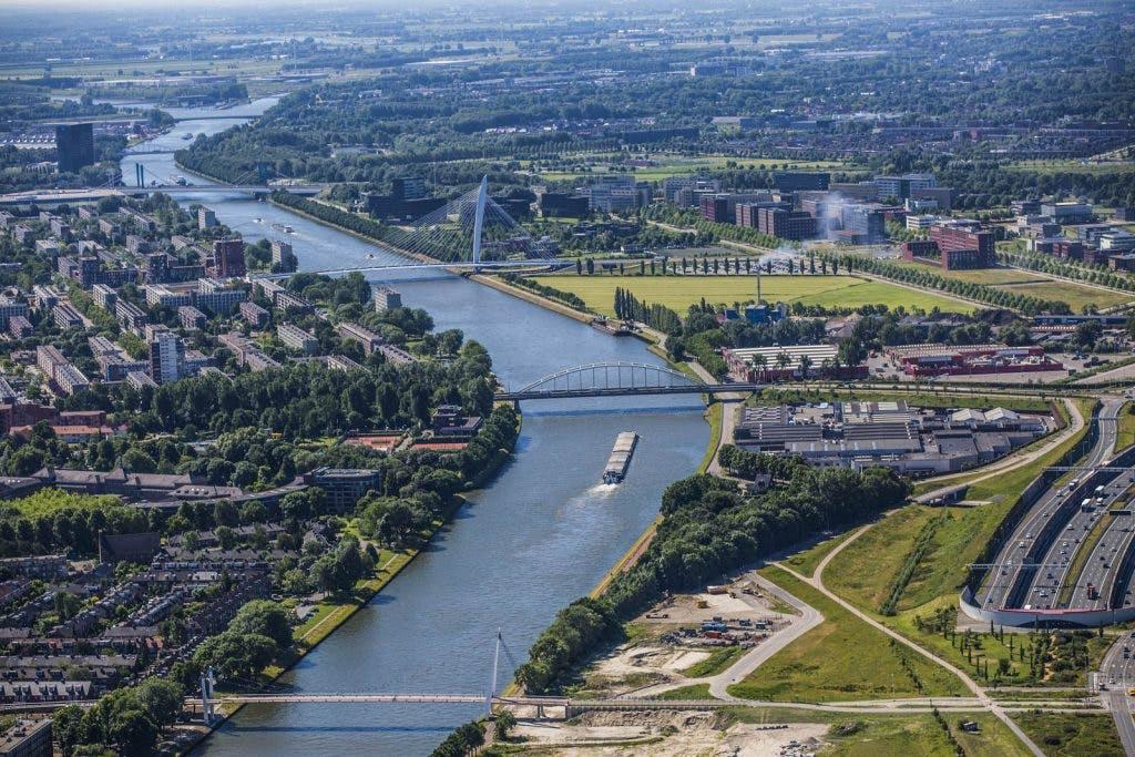 Auto gedumpt in Amsterdam-Rijnkanaal