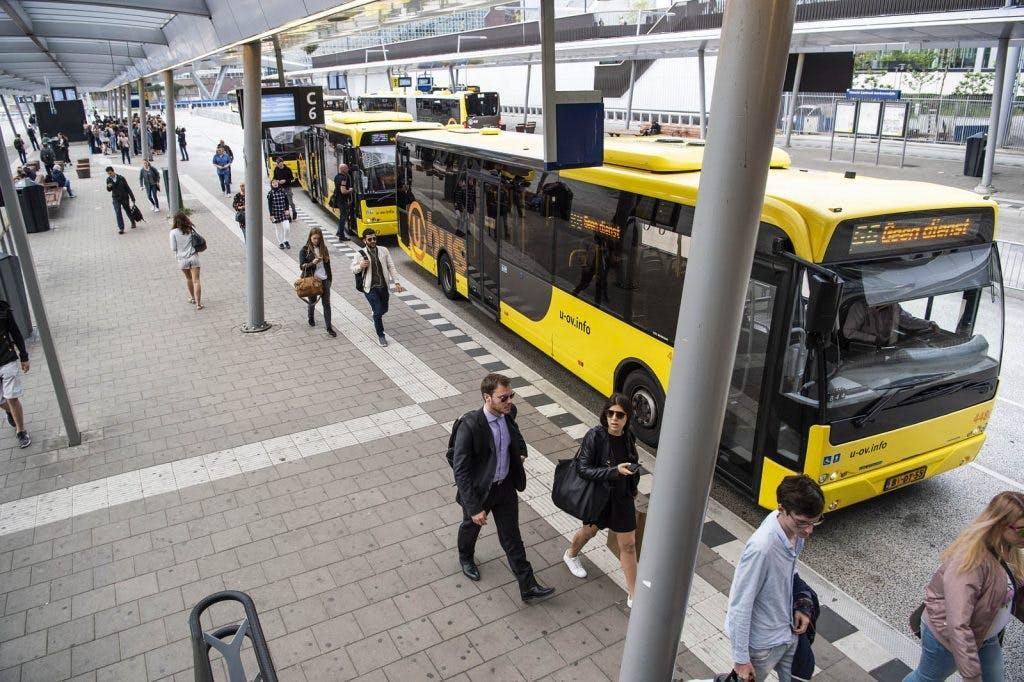 Vrouw krijgt steen tegen hoofd bij bekogelde stadsbus