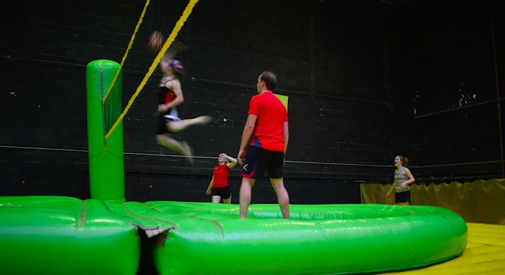 Bijzondere sporten: salto's, smashen en springen bij de Bossaballclub Utrecht