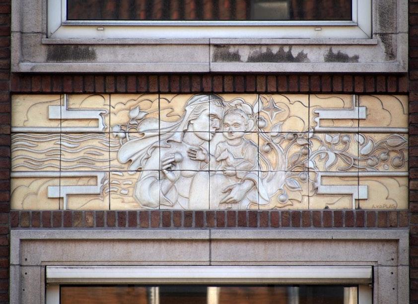 Kunst aan gebouwen: Tegels met diepte aan de Oudenoord