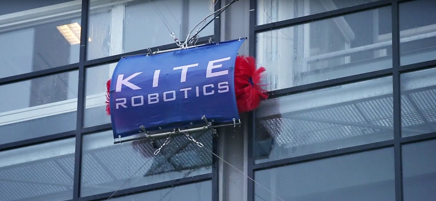 Robot gaat glazen overkapping tussen Utrecht Centraal en Uithoflijn wassen