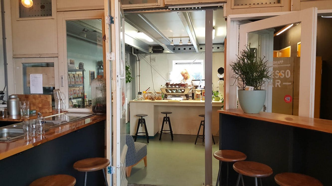 Jette en Jildou drinken koffie bij Nordkapp Coffee