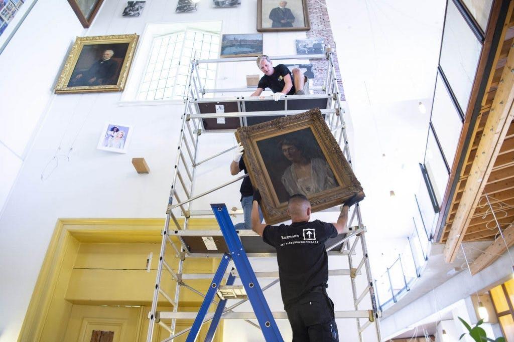 Secuur klusje: schilderijen stadhuis maken plaats voor renovatie