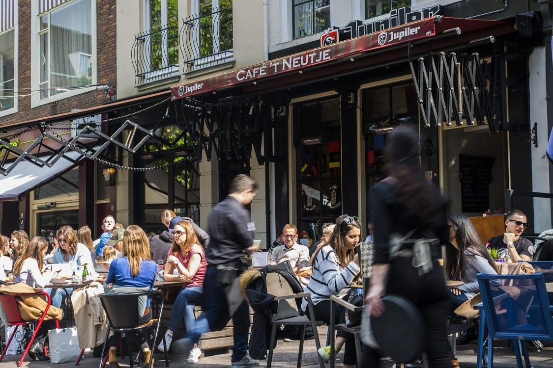 Terrassen Utrechtse binnenstad vandaag één uur langer open