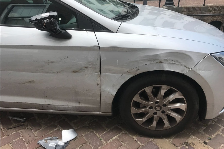 Meerdere auto's Plompetorengracht beschadigd door te zware vrachtwagen
