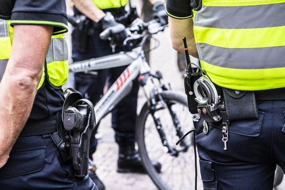Agenten trekken wapens om man in Utrecht aan te houden