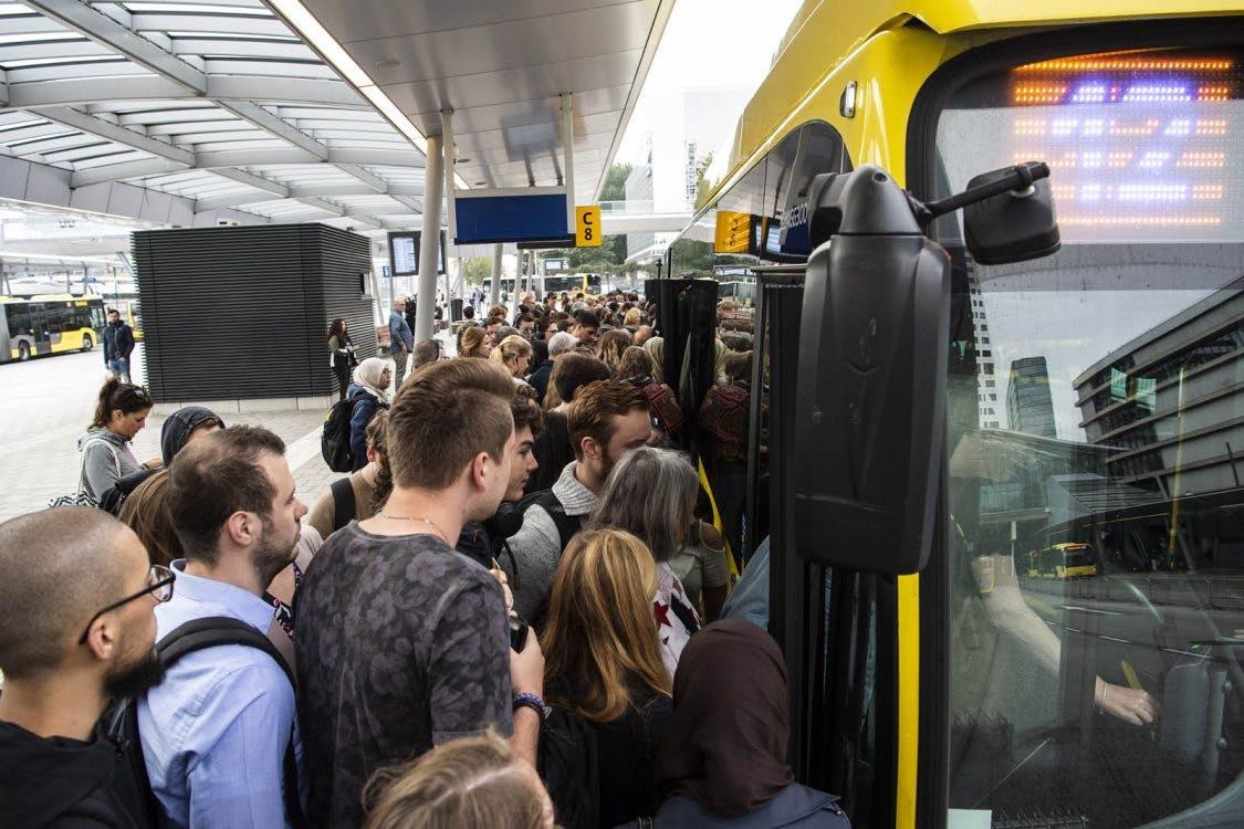 Wat wordt gedaan aan de extreme drukte op buslijn 12 en 28?