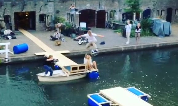 Video: skateboarder springt over de Oudegracht