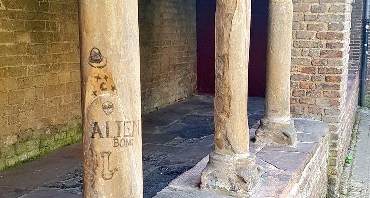 Vernielingen aan eeuwenoude Pandhof Sinte Marie in Utrecht
