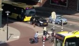 Filmpje: buschauffeur neemt stuur over van automobiliste bij hellingproef