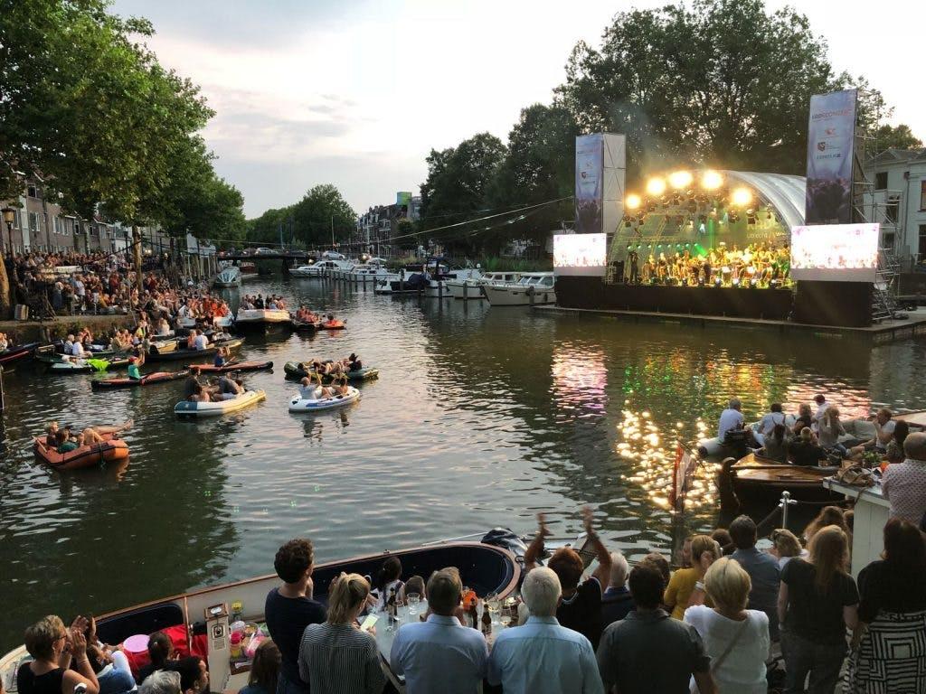 Honderden Utrechters op en rond het water voor Kadeconcert