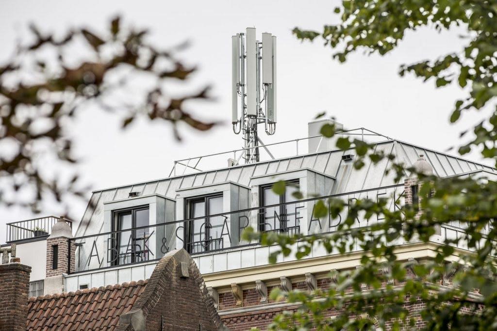 Vodafone plaatste zonder vergunning telefoonmast op pand Oudegracht