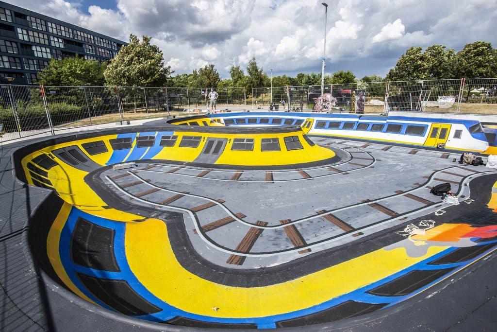 Graffiti-artiest JanIsDeMan bezig met groot kunstwerk in skatepool Griftpark